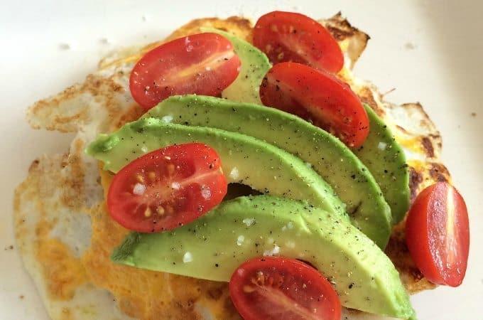 gebakken ei met avocado en tomaat
